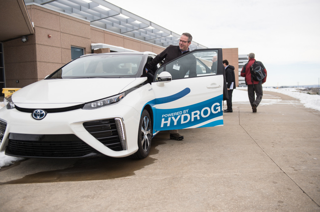 Why hydrogen fuel cell cars can\'t compete with electric cars